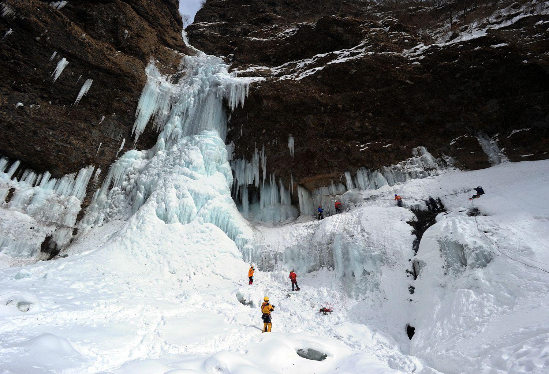 A 100-Metre Waterfall Freezes! 3 Spots for Hyobaku Ice Falls