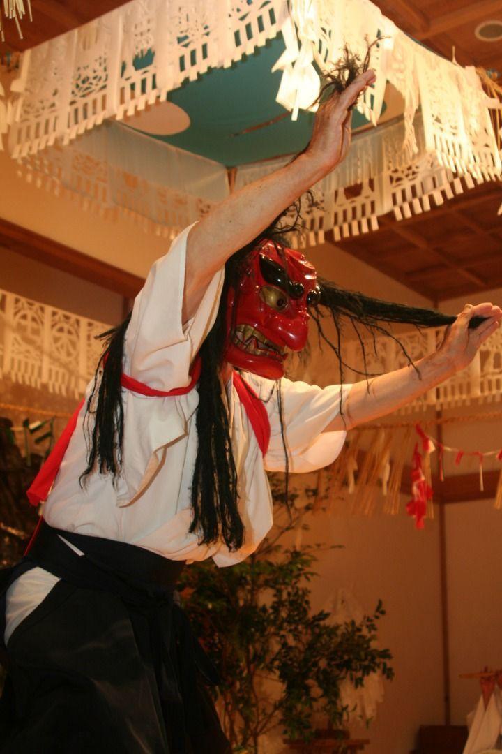 Yokagura Enjoy traditional performance arts after a stroll around Takachiho! Takachiho Shrine's Yokagura Dances