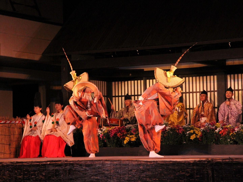 autumn performances of the region's Kokiriko folk dances at Kaminashi Village, or even make your own sasara